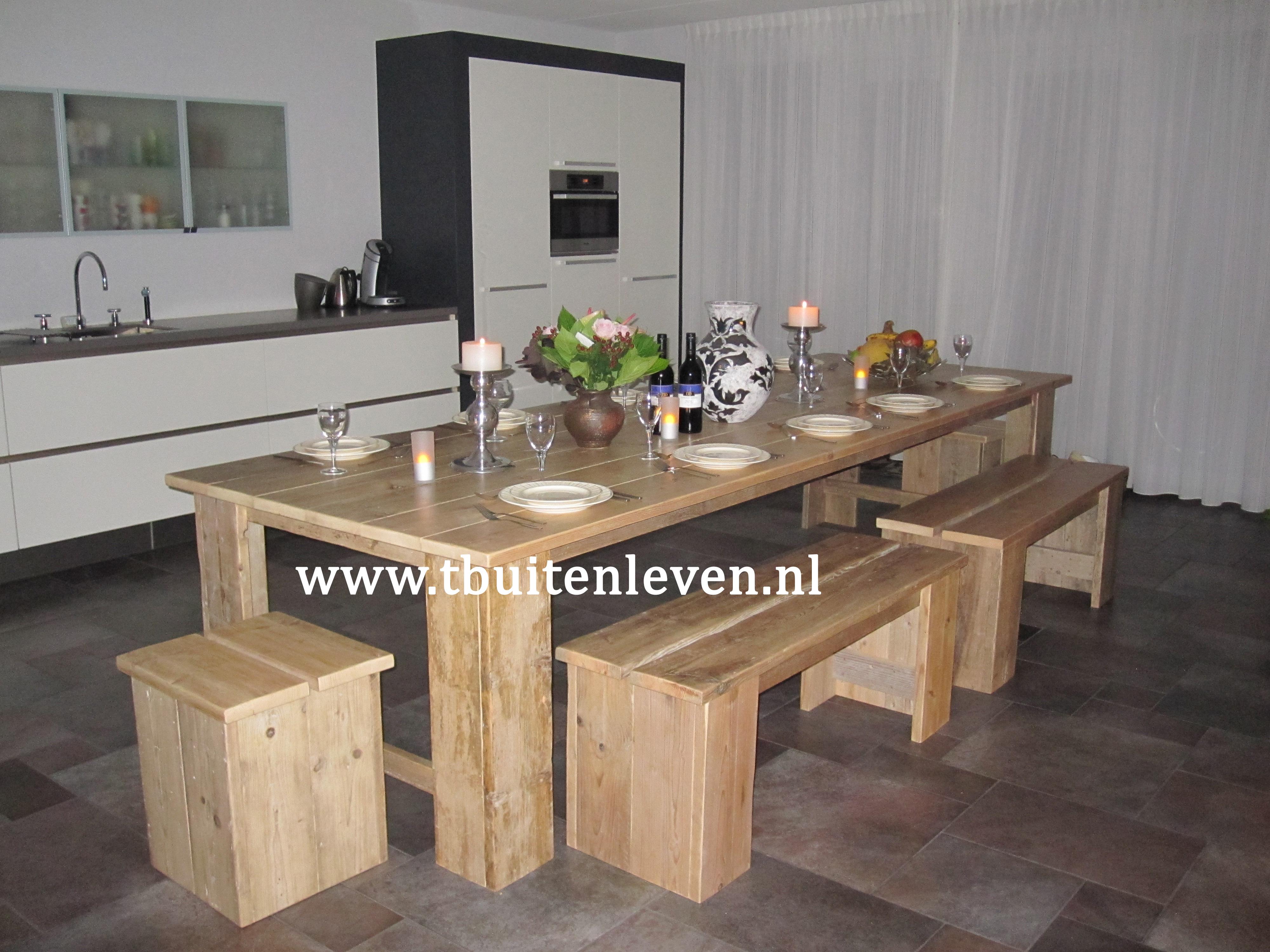 Eettafel van 3,40 meter zonder middenpoot en bijpassende banken en krukjes.