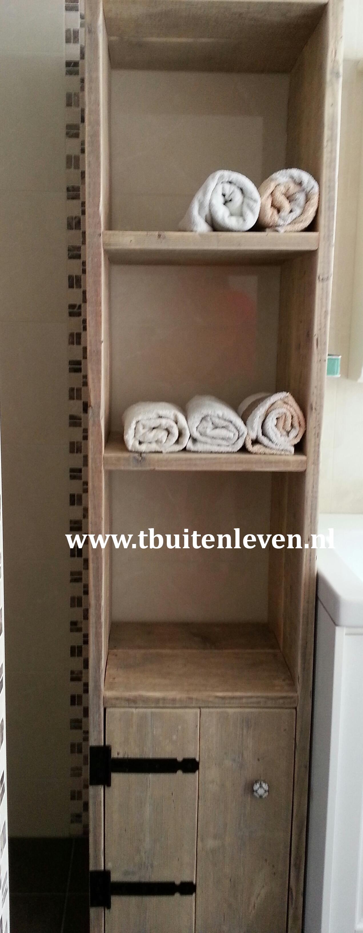 ... planken voor de handdoeken en onderin een kastje voor overige spullen
