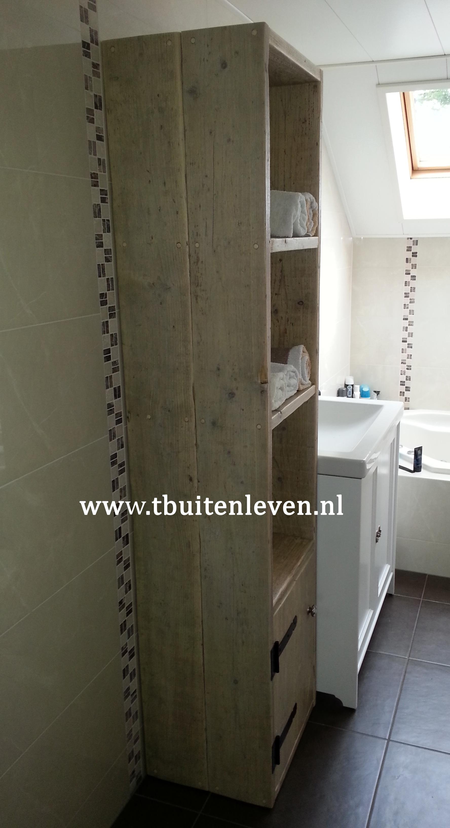 Badkamermeubel, planken voor de handdoeken en onderin een kastje voor overige spullen.