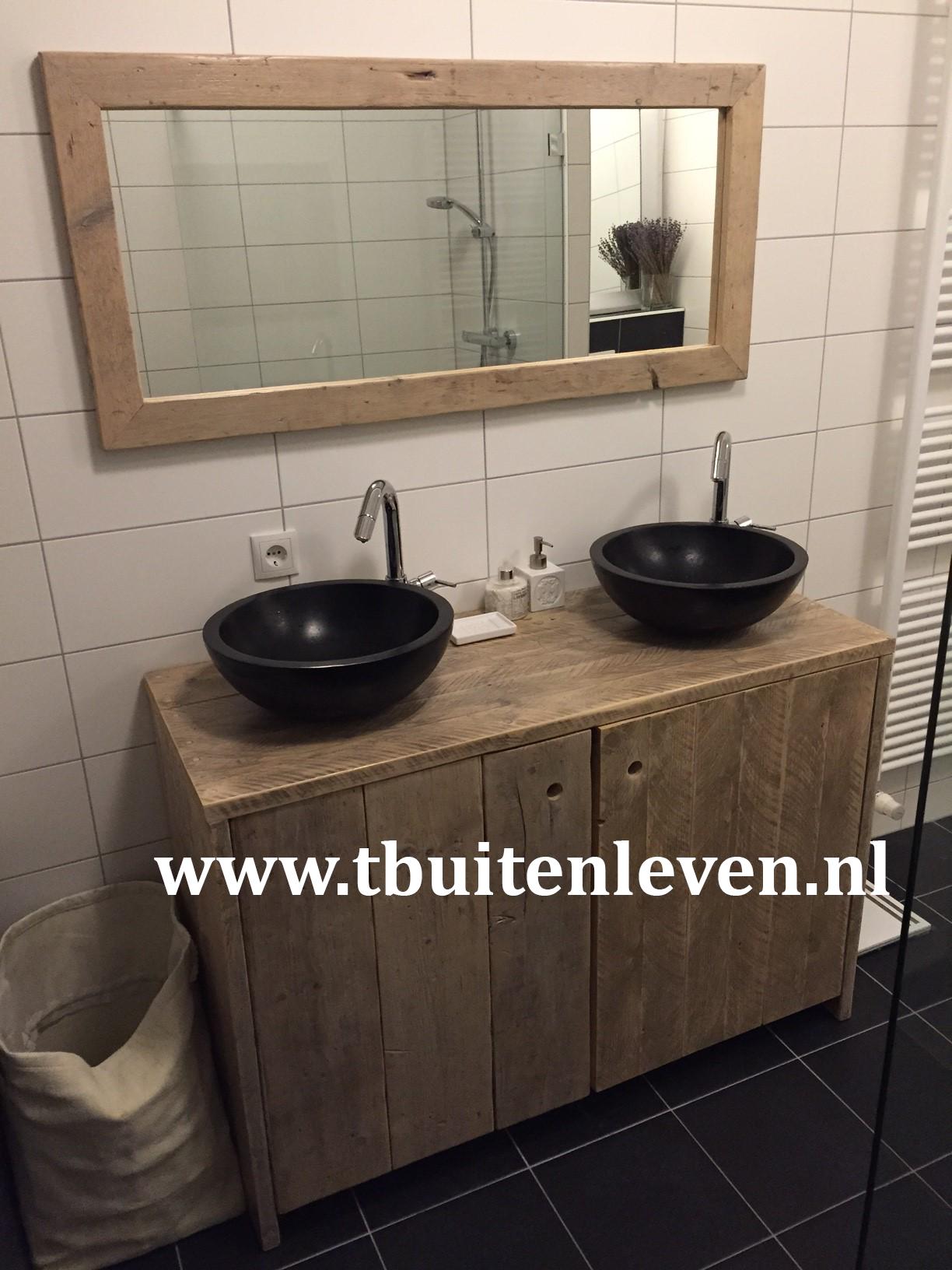 Badkamer meubel met twee deuren en een bijpassende spiegel.