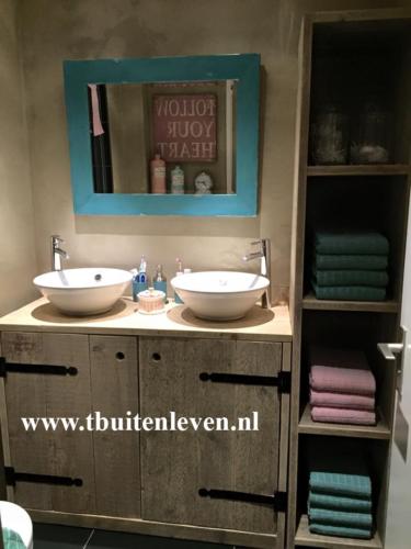Badkamermeubel met twee deuren en kast voor de handdoeken