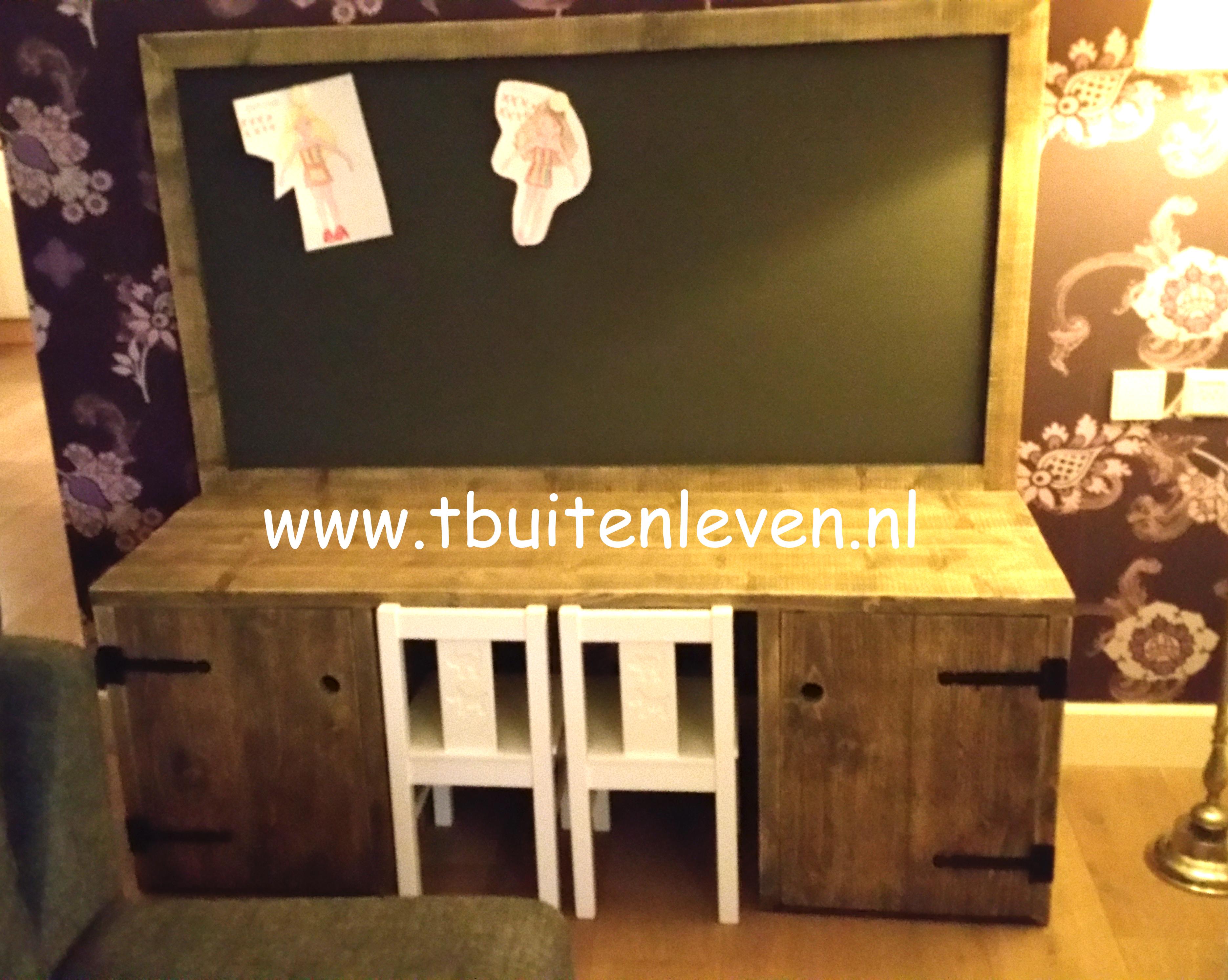 Speel/knutseltafel voor kinderen met een magneetbord.