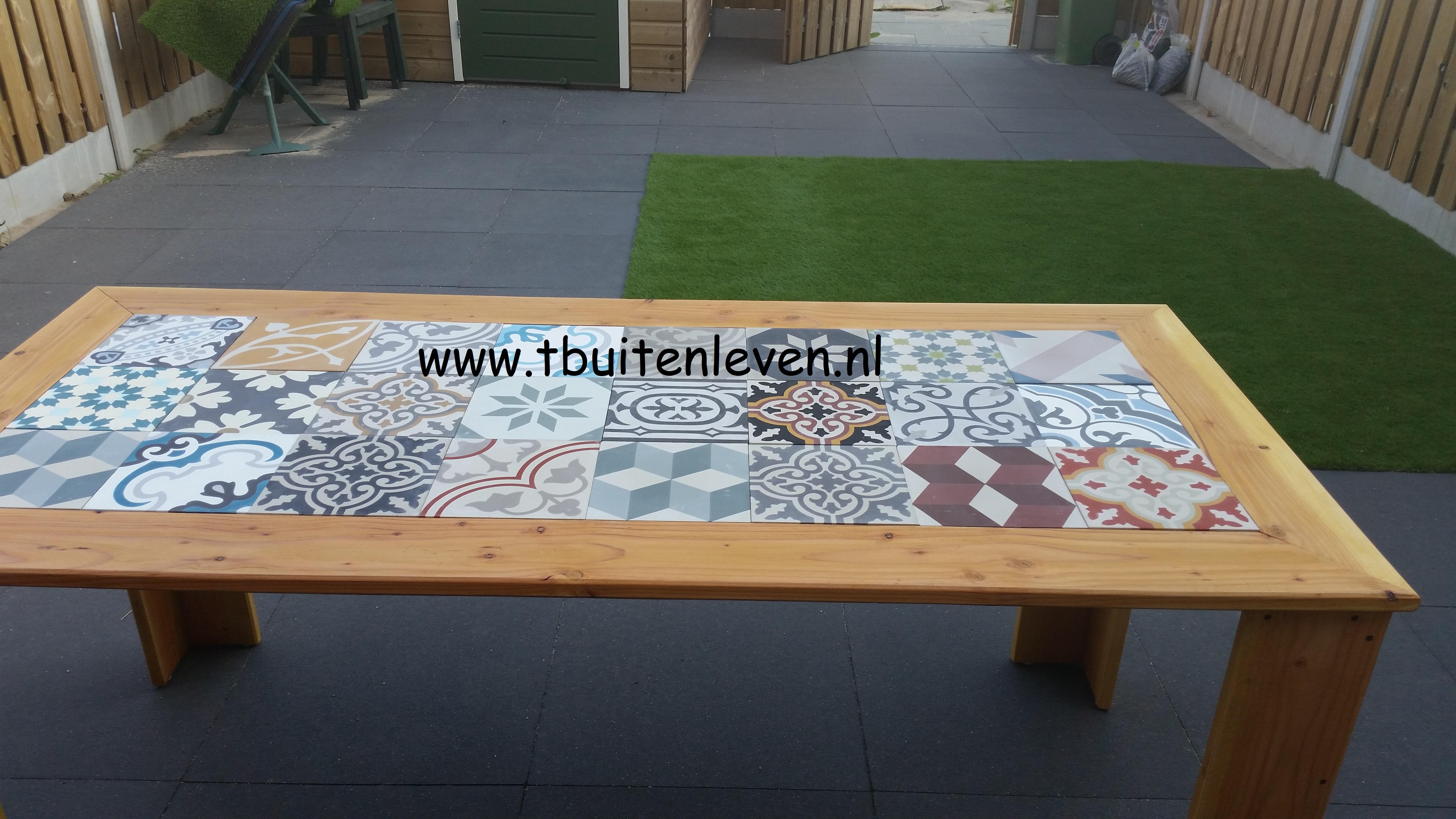 Buitentafel van Douglas hout met Portugese tegels